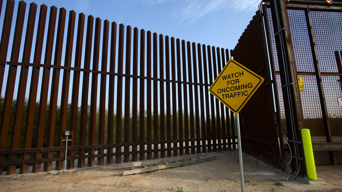BORDERLAND  NPR - Map of us border fence